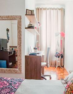 Com formato em L, a planta do dormitório de Gislaine era um verdadeiro quebra-cabeça. Para ocupar o cantinho da janela sem perder a luminosidade natural, a dupla de arquitetos criou um home office. Bastou posicionar ali uma bancada estreita com um gaveteiro e prateleiras generosas. Projeto de Marcel Rofatto e Eliete Mourão.