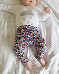 DIY: Cómo hacer leggings para bebés / Actitud y alegría. Sewing For Kids, Baby Sewing, Baby Dress Patterns, American Girl, Baby Car Seats, Sewing Crafts, Children, Leggings, Clothes