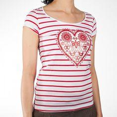 Krásne prúžkované tričko zo 100% bavlny, na ktorom je tradičnou sieťotlačou aplikovaný vzor vytvorený z výšivky pôvodne vyšitej na čepci z obce Bzovík.