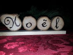Avec des rondelles de bois, écrire le mot Noël pour décorer la maison