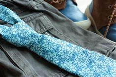 Kravata pro malé gentlemany Chcete aby váš klučina vypadal jako gentleman a zároveň ho bavilo to, co má na sobě? Nabízím vám kravatu která může mít klasickou i kratší délku, podle toho, jak uvážete uzlík. Vypadá skvěle na košili i na triku :) Délka od krku i s uzlíkem může být zhruba 28 - 35 cm. Vhodné pro kluky ve věku 5-8 let. Kravata je zapínaná na suchý ...