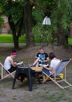 W tym roku Zielony Jazdów zawitał też do przestrzeni CSW – na dziedzińcu Zamku Ujazdowskiego powstał ogród sensoryczny, plac zabaw dla dzieci zrobiony z naturalnych materiałów, a także mini-czytelnia z prasą i książkami poświęconymi ekologii.