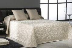 DecoArt24.pl Narzuta EYSA 250x270cm Ares beige - Piękna i oryginalna narzuta hiszpańska firmy EYSA Eleganko wykonana z materiałów najwyższej jakości bardzo dobrze prezentuje się zarówno w stylowej jak i nowoczesnej sypialni Niepowtarzalne wzornictwo podkreśli charakter każdej sypialni #dom #sypialnia #łóżko #DecoArt24.pl #sophisticated