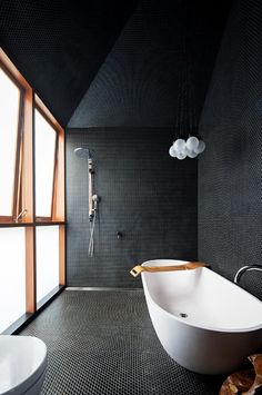 déco en couleurs foncées avec meubles salle de bains blanc et bois, aménagement petite salle de bain sous combles