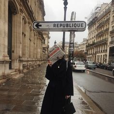 Shoes are an essential part of anyone's wardrobe, and French girls really love their footwear! French girl shoes are comfortable yet stylish. Jeanne Damas, Winter Mode, Foto Pose, Aesthetic Photo, Looks Style, Minimalist Fashion, Around The Worlds, France, Street Style