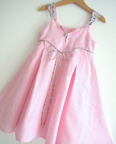 Doesn't this little dress look so Parisien? Very lovely look