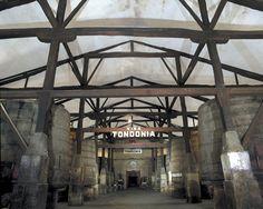Con el paso de los años y el crecimiento del volumen de negocio, las instalaciones de López de Heredia han ido incorporando nuevos edificios e instalaciones. Uno de los más antiguos es la bodega Blandeau, también llamada 'el Cocedero'. Aquí, en 35 tinas de roble, es donde se realizan las primeras fermentaciones de los vinos tintos.