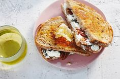 Geitenkaas en honing: bijna een beroemde combinatie. Ook op een tosti doet-ie het goed! - Recept - Allerhande