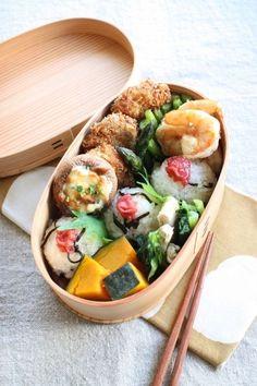 日本人のごはん/お弁当 Japanese Bento Boxed Lunch with Pickled Plum on Rice Balls Japanese Bento Lunch Box, Bento Box Lunch, Japanese Food, Kawaii Cooking, Bento Recipes, Rice Balls, International Recipes, Asian Recipes, Healthy