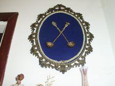 cucchiai antichi,incorniciati per  dare vita ad un quadro in stile medievale