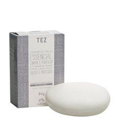 Possui uma textura cremosa que respeita o pH natural da pele e evita seu ressecamento.