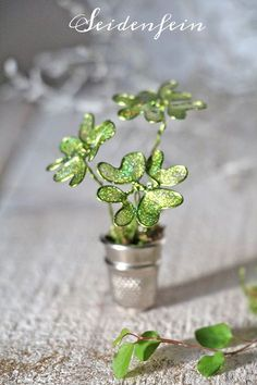 Ein Fingerhut voll Glück * DIY * A thimble of luck Nail Polish Flowers, Nail Polish Crafts, Clover Painting, Diy Painting, Flower Crafts, Flower Art, Diy Crafts To Sell, Crafts For Kids, Wire Flowers
