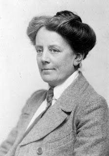 """La """"Gran Dama del Imperio Británico"""", Ethel Smyth, nació el 23 de abril de 1858 en Inglaterra, en el seno de una familia militar, dotada desde su más temprana infancia de una polifacética, curiosa y tenaz personalidad."""