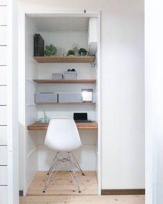 「#キッチン から 覗き見♪ ちは!(*^▽^*) . 扉外して オープン仕様の#パントリー #リビング と同じ床にしたので 再び #デスク 仕様! 復っ活っ!(笑) . iPadで COOKPAD検索とか? #家計簿 とか? 顔の壁塗りとか? 主婦らしい事に使おうかな?と 思っとります . #未完成…」 Niche Design, Bookcase, Desk, Shelves, Study, Home Decor, Home Office, Desktop, Offices
