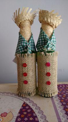 Garrafas Decoração festa Junina Wine Bottle Art, Diy Bottle, Wine Bottle Crafts, Yarn Bottles, Christmas Wine Bottles, Cowboy Theme, Rope Crafts, Bottle Painting, Primitive Crafts