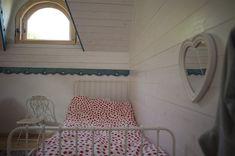 Minunăție de casă în zona Câmpulung | Adela Pârvu - Interior design blogger Romania, Valance Curtains, Interior, Bed, Design, Furniture, Home Decor, Wooden Ceilings, Houses