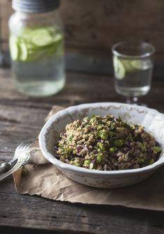 Je ne peux pas vraiment m'en cacher, j'adore le quinoa. Contrairement à ce que l'on pense, ce n'est pas une céréale, mais plutôt la graine d'une plante qui appartient à la même famille que la betterave et les épinards. Le quinoa est sans gluten et est composé de 70 % de glucides, 15 % de protéines, peu de lipides, des fibres et plusieurs minéraux.