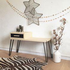 Jules, le banc à tiroir esprit vintage, est un siège de rangement de style 50's. Epuré, élégant et pratique, il est inspiré du design nordique.