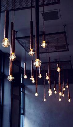 """Corpurile de iluminat Aqua sunt realizate cu ajutorul unei tevi din cupru de 95 mm lungime pentru a le oferi un aspect industrial. Pentru acest proiect, lungimea tevii a fost extinsa. Cablul folosit este din textil """"cupru"""", pentru a intregi aspectul industrial al corpurilor de iluminat, intr-un stil retro.  www.lucedomotica.ro"""