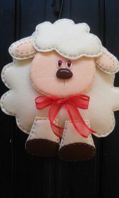 Borreguito de la suerte Sheep Crafts, Felt Crafts, Diy And Crafts, Lamb Craft, Felt Ornaments, Christmas Ornaments, Quiet Book Patterns, Cute Sheep, Felt Decorations