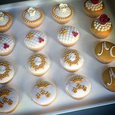 Cupcakes bianchi e oro con un tocco di bordeaux ☺️ #instafood #ilas #ilasSweetness #cupcakes #wedding http://ilas.webnode.it/ https://www.facebook.com/ilascake
