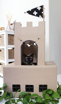 Cats Toys Ideas - Have your fur baby purring for days by making her one—or all!—of these easy DIY cat toys. - Ideal toys for small cats Diy Pour Lapin, Diy Jouet Pour Chat, Cardboard Cat House, Diy Cardboard, Cardboard Castle, Cardboard Playhouse, Diy Cat Toys, Cat Castle, Cat House Diy