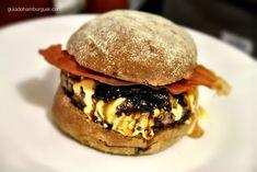 AC/DC - hambúrguer de 200g, queijo cheddar, chips de Jamón (presunto ibérico espanhol) e cebola caramelizada