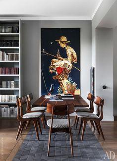 """Столовая. """"Дорожка"""" на полу выложена керамической плиткой, Mutina.  Стол, Bonaldo; стулья винтажные. На заднем плане фрагмент старого  рекламного щита Coca-Cola."""