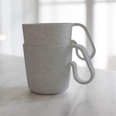 De Koziol Organic collectie is een collectie met producten die je dagelijks gebruikt, maar let op: wel praktische producten op biologische basis. De lijst van eigenschappen is bijna net zo lang als de lijst van producten. Ben je er klaar voor? De producten zijn 100% puur materiaal en 100% recyclebaar. Voedsel- & vaatwasserbestendig, zonder schadelijke stoffen. Vrij van BPA, MF en melamine. Extreem duurzaam dus. Organic, Mugs, Form, Tableware, Material, Pink, Products, Teacup, Tumblers