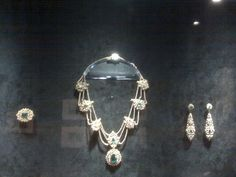 Josephine's jewels on permanent display at the Montreal Museum of Fine Arts. Royal Jewelry, Luxury Jewelry, Empress Josephine, Expensive Jewelry, Diamond Brooch, Tiaras And Crowns, Museum Of Fine Arts, Fashion History, Napoleon