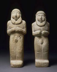 Statuettes d'hommes barbus, nus représentant peut-être le roi-prêtre Epoque d'Uruk, vers 3300 avant J.-C. Provenance: Uruk Calcaire H. : 30,50 cm. ; L. : 10,40 cm. ; Pr. : 7 cm. Conservation: MdL.