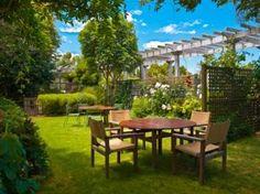 jardin paysagé: Jardin paysagé avec bois Table de salle à manger ensemble à l'ombre des arbres Banque d