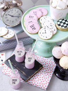 Süßes Detail dieser Tischdeko: eine Candybar im Alice im Wunderland-Stil ♥ tolle Idee für deinen nächsten Kindergeburtstag