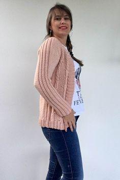 Cardigan Rose com Pérolas Cardigan Rosa, Knit Cardigan Pattern, Lana, Ideias Fashion, Pullover, Sweaters, Cardigans, Knitting, Womens Fashion
