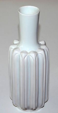 Lisbeth Munch Petersen, vase in porcelain, made af Bing & Gröndahl, Copenhagen. H: 22. W: 8 cm.