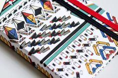 Henrik Vibskov 与Fashionary 合作时尚口袋计划年历丹麦时装设计天才Henrik Vibskov 与Fashionary 合作释出一本口袋计划年历!封面以Vibskov 著名African Print 包装呈现丰富的趣味。。。
