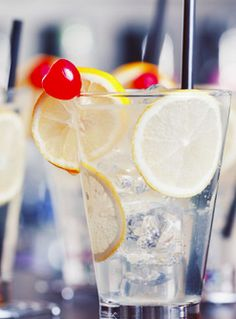 7 drinks every woman should know: Tom Collins; for a reminiscent of spiking a lemonade with gin. Perfect for a hot summer day.