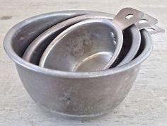 Antiquité. Collection. Ensemble de tasses à mesurer en fer blanc