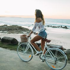 red heels looks - Lady Addict Beach Aesthetic, Summer Aesthetic, Bike Photoshoot, Blog Fotografia, Velo Vintage, Cycling Girls, Cycle Chic, Bicycle Girl, Bike Style