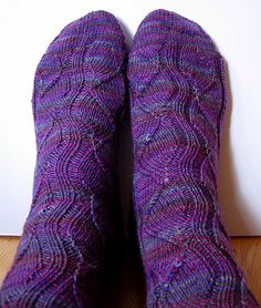 Knitting Patterns Ravelry … the right 'Gundel', the one I first knitted. The other is the 'Gundelvariation' … Loom Knitting, Knitting Socks, Knitting Needles, Free Knitting, Knitted Hats, Knitting Patterns, Knit Socks, Bed Socks, Knit Patterns