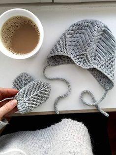 Mini Me Jakken – HviedsVerden Crochet Baby Pants, Crochet Baby Dress Pattern, Knitted Baby Clothes, Crochet Patterns, Baby Boy Knitting Patterns, Knitting For Kids, Baby Patterns, Free Knitting, Drops Design