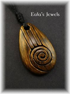 As promised i made more of this faux wood pendants. Drop shape pendant with spiral carving. The pendant measures 5 cm. Heart of earth big drop pendant Driftwood Jewelry, Wooden Jewelry, Stone Carving, Wood Carving, Dremel Carving, Wooden Necklace, Carving Designs, Wood Resin, Wooden Crafts