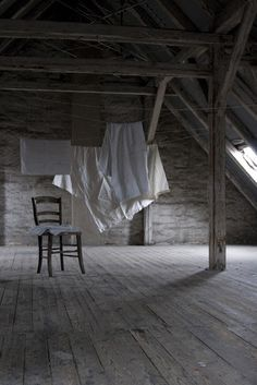 Die gesamte große Wäsche wurde im Wäschekorb auf den Wäscheboden getragen und dort aufgehängt. Es roch wunderbar. Die Laken, Tischdecken ... musste man an den Ecken anfassen und ziehen und schütteln, damit die Falten rausgehen. Das Zusammenlegen später zu zweit ... manchmal wie ein Tanz :-)
