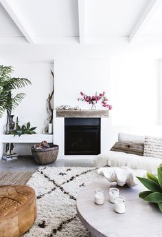 Moroccan and Turkish rugs add texture an interest to the monochromatic coastal living room in this Sydney home. Indoor plants and greenery add to the room's fresh appeal Coastal Living Rooms, Coastal Homes, Living Room Decor, Living Area, Beach Homes, Boho Chic Interior, Bohemian Bedroom Design, Coastal Style, Coastal Decor