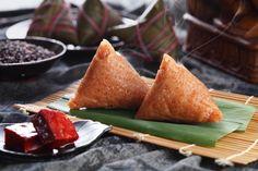 Zongzi, un plat chinois très connu. Et aujourd'hui, avec le temps, les variétés du Zongzi se sont multipliées, par exemple le gateau de jujubes, de purée d'haricots rouges, de jaune d'oeuf.