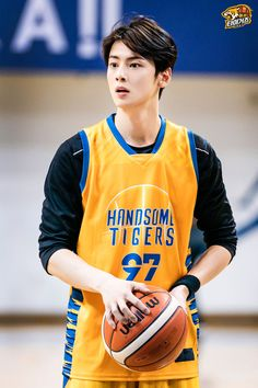 Recently, a series of photos of ASTRO's Cha Eunwoo burning it up on the basketball court have been circulating online and driving everyone wild. Kim Myungjun, Cha Eunwoo Astro, Lee Dong Min, Lee Soo, Kdrama Actors, Kpop, Yoga Routine, Asian Boys, Handsome Boys