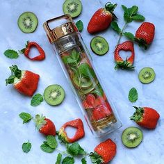 Strawberry, Kiwi & Mint RG: @alphafoodie #dropbottle #detoxwater