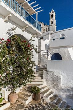 Despite being 20 minutes by ferry from Mykonos, nobody seems to know about the island. Which might be one of the best things about spending 2 days in Tinos.  Greece Vacation Få mere information på vores websted   https://storelatina.com/greece/travelling #Griechenland #ਗ੍ਰੀਸ #ग्रीस #ferias