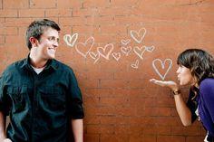 Linda idea para las fotos de pareja, sólo es llevar una tiza y una pared en donde dejen pintar! :D