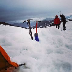 Campsite mid-hike. Way to the summit! Retour 1 mois en arrière, l'ascension du Hvannadalshnúkur s'articule en 2 jours, d'abord une 1ère étape à 1100m avant d'atteindre les 2100m le lendemain. #explore #exploretocreate #pushyourself #wanderlust #wanderer #wildernessculture #discoverearth #outdoors #outdoorphotography #naturephotography #mountaineering #mountains #landscape #naturelovers #freshair #icelandicmountainguides #unlimitediceland #everydayiceland #guidetoiceland